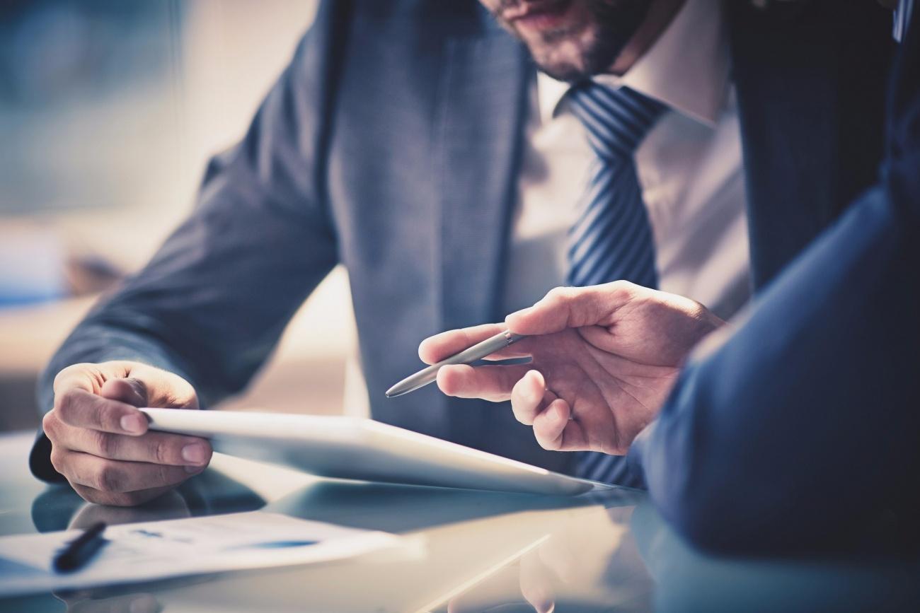 20160108140638-businessman-meeting-ipad-legal-tips-customer-testimonials-executive-reviews-tablet-explaining-corporate